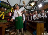 El alcalde de Múnich abre el primer barril.