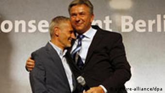 Klaus Wowereit hugs partner Jörn Kubicki