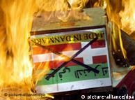 مسلمانان  عراقی پس از انتشار کاریکاتورهای پیامبر اسلام، پرچم دانمارک را به آتش  کشیدند