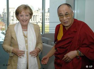 Bundeskanzlerin Angela Merkel empfängt am Sonntag, 23. Sept. 2007, im Bundeskanzleramt in Berlin den Dalai Lama