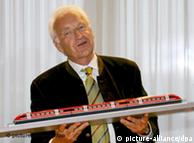 El ex jefe de Gobierno de Baviera Edmund Stoiber con un modelo del Transrapid: entierro de lujo.