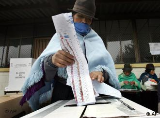 Una electora deposita su voto durante los comicios de septiembre de 2007.