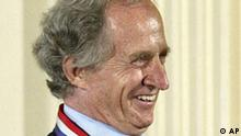 ** FILE ** President George Bush presents the National Medals of Science to Italian Mario R. Capecchi from the University of Utah School of Medicine, during a ceremony in the East Room of the White House, in this June 12, 2002 file photo. Mario R. Capecchi with Briton Martin J. Evans and American Oliver Smithies won the 2007 Nobel Prize in medicine on Monday, Oct. 8, 2007, the prize committee said. (AP Photo/Doug Mills, files)