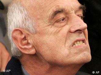 El ex Capellán von Wernich no se inmuta durante el juicio ante el relato de sus crímenes.