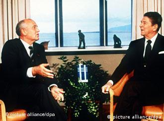 Gorbatchov (e) e Reagan conversam em Reykjavik