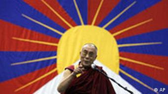 Dalai Lama in New York vor Flagge von Tibet