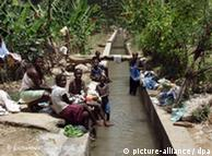 Familias haitianas a orillas de canal construído con la ayuda de la organización alemana