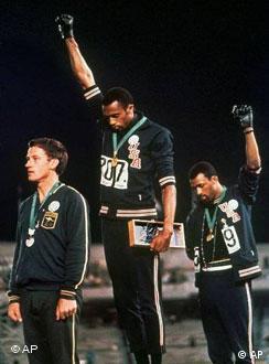 Die US-Athleten Tommie Smith (Mitte) und John Carlos (rechts) protestieren während der Siegerehrung in Mexiko gegen Rassismus in den USA. (AP Photo)