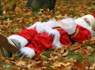 Schlafender Weihnachtsmann auf einer Wiese (Quelle: AP/Matthias Rietschel)