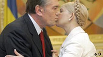 Yushchenko welcomes Tymoshenko at the Presidential office, in Kiev