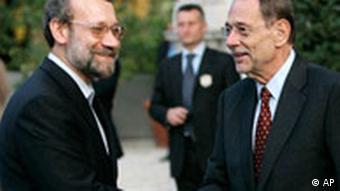 خاویر سولانا و علی لاریجانی − سولانا فضای گفتوگو با لاریجانی را در مونیخ بسیار مثبت خواند (عکس مربوط به دیدار در آن در رم در تاریخ ۲۳ اکتبر ۲۰۰۷ است)