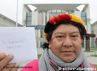 Representante de la etnia yanomami frente a la cancillería alemana.