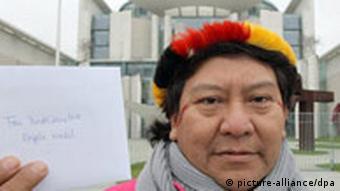Amazonas Indianer vor Bundeskanzleramt Kopenawa Yanomami Brief Merkel Berlin