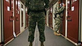 Ein Soldat steht in einem Gang mit zahlreichen Türen (Quelle: AP)
