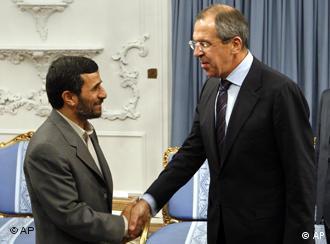 Unul din posibilii amici la toartă ai Rusiei: preşedintele iranian, Mahmoud Ahmadinejad, aici strângându-i mâna ministrului rus de externe, Serghei Lavrov