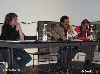 Peruano Miguel Ildefonso (c) durante a leitura de seus poemas em Colônia