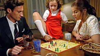 die Eltern und das Contergann-geschädigte Mädchen in einer Szene, um einen Tisch sitzend (WDR)