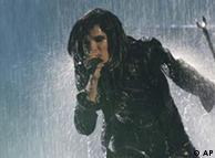 Bill Kaulitz cantando en la lluvia.