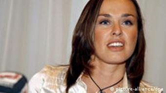 Swiss tennis player Martina Hingis faces the press, in Glattbrugg, Zurich, Switzerland, 01 November 2007 in Glattbrugg, Switzerland. Martina Hingis said she has been accused of testing positive for cocaine at Wimbledon, and announced her retirement from professional tennis. Hingis, a five-time Grand Slam champion and former Wimbledon winner, denied using cocaine. EPA/WALTER BIERI +++(c) dpa - Report