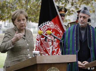 Angela Merkel y Hamid Karzai durante la conferencia de prensa en Kabul.