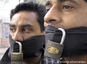 پاکستان میں آزادی صحافت پر پابندیوںکے خلاف خاموش مظاہرین