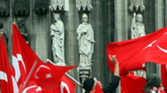 Deutschland Türkei Kurden Demonstration in Köln Dom Flagge