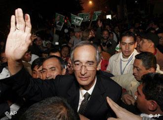Alvaro Colom saluda a sus simpatizantes tras su triunfo electoral.