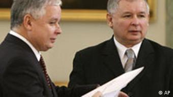 Jaroslaw Kaczynski übergibt seine Rücktrittserklärung seinem Zwillingsbruder Präsident Lech Kaczynski Warschau Polen