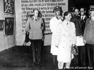 Goebbels e Hitler visitam a exposição 'Arte degenerada', em 1937