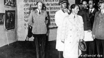 Гитлер и Геббельс во время посещения выставки дегенеративного искусства в Мюнхене