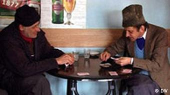 Kartenspieler in einer Kneipe in einem nordrumänischen Dorf (Quelle: Manfred Götzke)