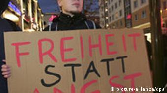 Ein Mann protestiert während einer Kundgebung zum Stopp der Vorratsdatenspeicherung in Magdeburg (Foto: dpa)
