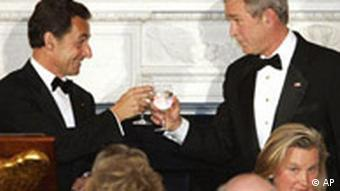 French President Nicolas Sarkozy, left, shares a toast with President Bush during a social dinner at the White House Tuesday, Nov. 6, 2007, in Washington. (AP Photo/Evan Vucci)