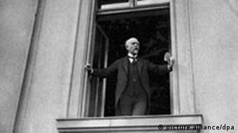 Социал-демократ Филипп Шейдеман в окне рейхстага 9 ноября 1918 года.
