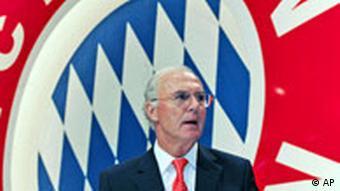 Franz Beckenbauer vor Wappen des FC Bayern München (Foto: AP)