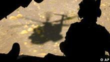 ** ARCHIV ** Ein Soldat der Bundeswehr sitzt am 18. Juli 2006 im Heck eines Hubschraubers waehrend des Abfluges von Kundus in Afghanistan. Der Bundestag debattiert am Donnerstag, 15. November 2007, ueber den OEF-Einsatz der Bundeswehr. Im Anschluss an die Debatte votieren die Abgeordneten in namentlicher Abstimmung ueber die Verlaengerung der Anti-Terror-Mission Operation Enduring Freedom (OEF) um ein weiteres Jahr. (AP Photo/ Michael Hanschke, Pool)