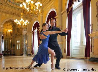 Tanzendes Tango-Paar in einem Ballsaal (Foto: dpa)