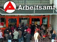 Безработные у входа в здание одного из берлинских бюро по трудоустройству (Фото из архива)