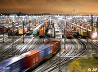 Güterzug fährt in nächtlichen Rangierbahnhof ein (Quelle: AP)