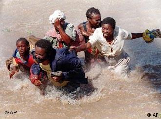 Estas imagens das cheias dramáticas no ano 2000 em Moçambique deram a volta ao mundo