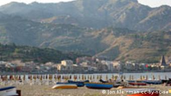 Giardini Naxos Strand Sizilien Italien Berge Meer Boote