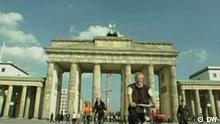 Fahrradtouristen am Brandenburger Tor (2007) Hiermit bitte ich die Bilder in das CMS einzustellen. Da es sich um die Standbilder aus unserem eigenem DW-TV Beitrag handelt, liegen die Rechte bei DW. Bartosz Dudek, MSOE-Polen-Red.