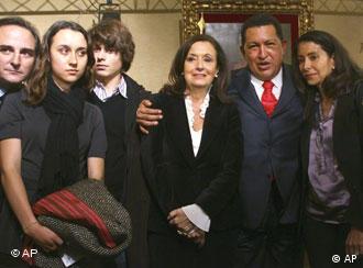 Hugo Chavez mit Verwandeten der entführten Ingrid Betancourt, Quelle: AP