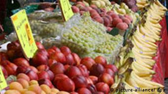 Obst liegt auf einem Marktstand in Bonn mit einem Preisschild versehen. (31.07.2007/dpa)
