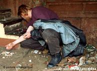 معتادی در آلمان در حال تزریق هرویین به خود