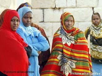 Somalische Frauen in bunten Roben warten im offenen Flüchtlingszentrum Balzan in Valletta auf Malta auf die Ankunft der Bundespräsidentengattin. Der Bundespräsident und seine Ehefrau schließen ihren siebentägigen Staatsbesuch durch Nordafrika in Malta ab. (Foto: Wolfgang Kumm dpa (c) dpa, 17.11.2007)