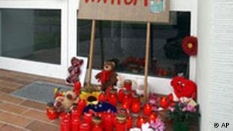 Blumen und Kerzen vor dem Haus der Fünfjährigen Lea-Sophie, die im November in ihrem Elternhaus verhungerte (Foto: AP)