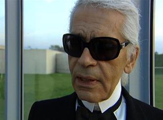 Lagerfeld com seus tradicionais óculos escuros