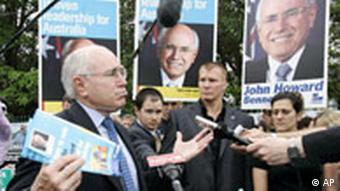 John Howard vor seiner Stimmabgabe (AP Photo/Rick Rycroft)