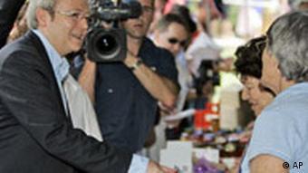 Kevin Rudd kauft Marmelade an einem Stand vor einem Wahllokal (AP Photo/Rob Griffith)